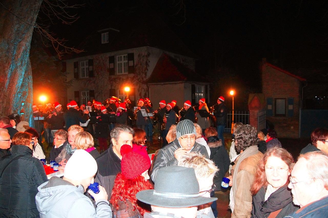 Weihnachtsmusik und Glühwein an der ev. Kirche