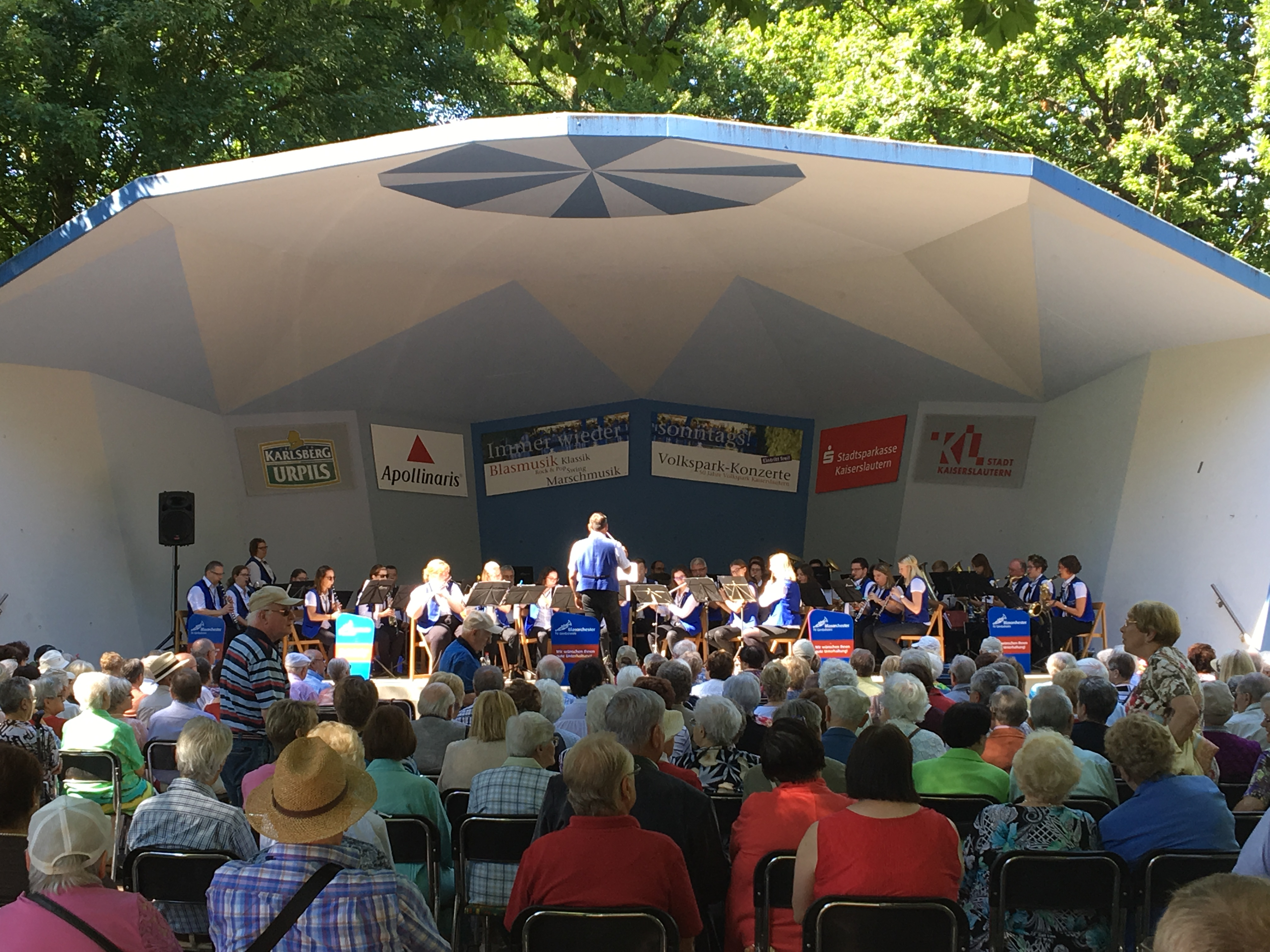 Das Blasorchester begeistert den Volkspark