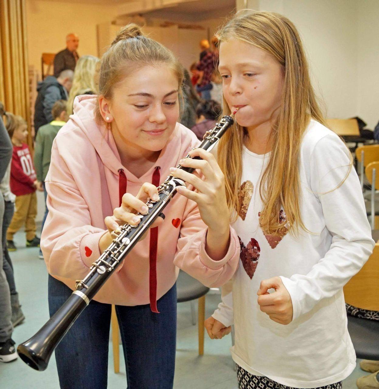 Kinder testen beim Blasorchester Gimbsheim Instrumente